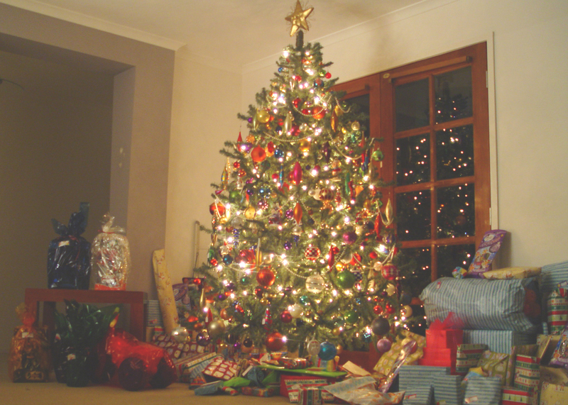 Christmas_tree_with_presents_5x7_1