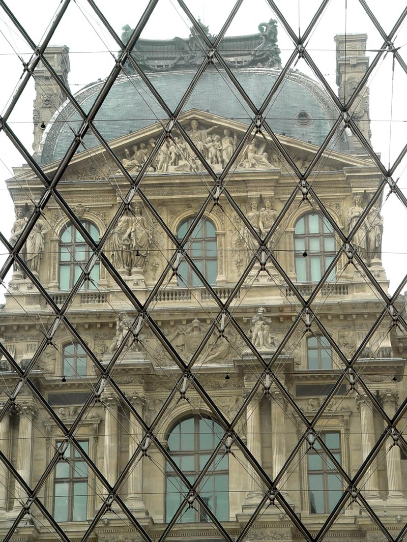 Louvre_through_glasss